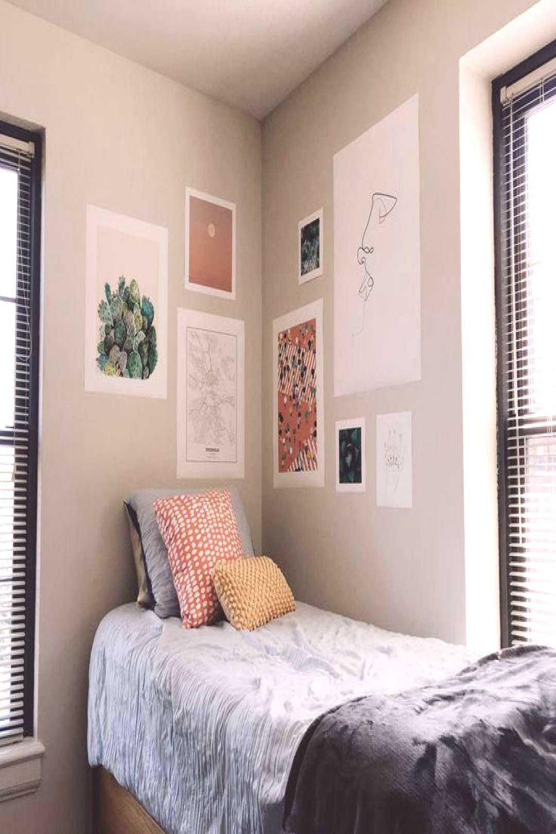 Dorm room at the University of Pittsburgh | Dorm Room Wall Decor | Dorm Room Wall Decor | Dor...#de